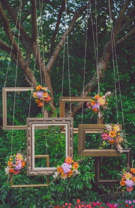 15.Hanging Photo Frames Give a Vintage Look