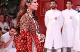 Reema Khan Steals the HSY Solo Show!